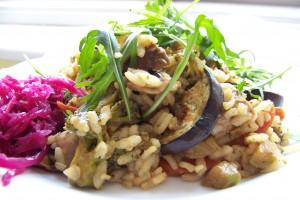 krémové rizoto se zeleninou atempehem, pickles, rukola